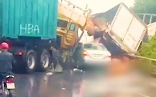 Video: Container đối đầu xe tải, 2 tài xế mắc kẹt trong ca bin, nguy kịch