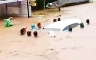Video: 11 người cố giữ chiếc xe ôtô bị lũ cuốn trôi
