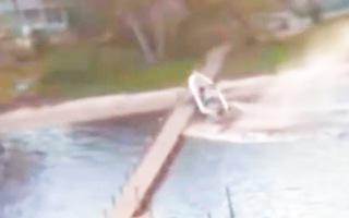 Video: Tàu cao tốc bị kẹt tay ga, chạy tốc độ cao làm rơi 3 người xuống sông
