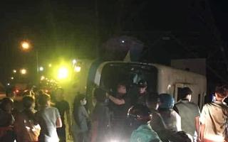 Video: Xe chở công nhân lật, 12 người thương vong