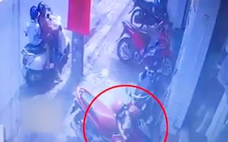 Video: Người phụ nữ xúi giục con vào trộm đồ treo trên xe ở TP.HCM