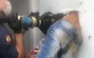 Video: Giải cứu nghi phạm vượt ngục bị mắc kẹt