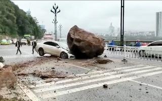 Video: Tài xế thoát chết khi ôtô bị tảng đá lớn đè bẹp đầu