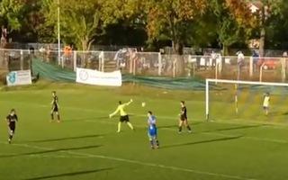 Video: Thủ môn tự ném bóng về khung thành 'đốt lưới' đội nhà