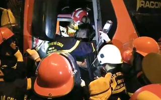 Video: Xe khách và xe đầu kéo tông thẳng mặt nhau, hàng chục người thương vong