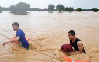 Video: Cứu 2 người mắc kẹt trên cồn nổi giữa sông