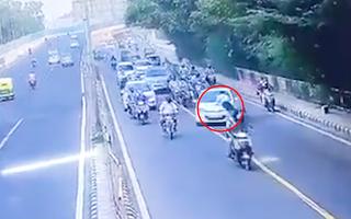 Video: Bám nắp capô, cảnh sát bị hất ngã giữa đường