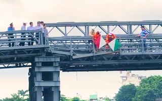 Video: Cầu An Phú Đông bị sà lan tông mạnh, một nhịp bị lệch khỏi mố cầu