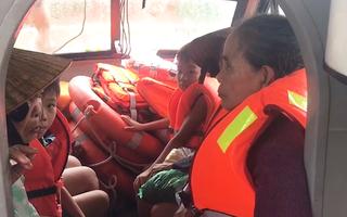Video: Hơn 20 người mắc kẹt trong vùng lũ ngập sâu