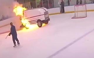 Video: Xe tái tạo băng bốc cháy trong trận đấu khúc côn cầu