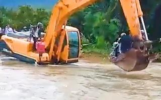 Video: Qua sông bằng máy xúc vì... lũ lớn
