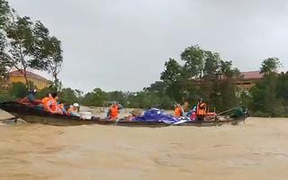 Video: Miền Trung vẫn chìm sâu trong biển nước