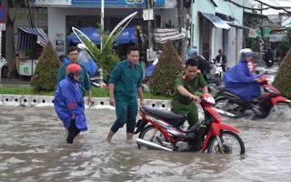 Video: Công an, dân phòng lội nước đẩy xe giúp người dân vượt triều cường