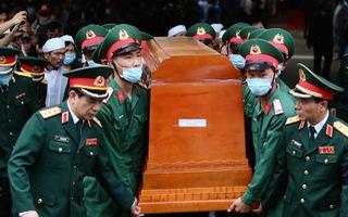 Video: Đang đưa linh cữu 13 cán bộ, chiến sĩ hi sinh khi đi cứu nạn thủy điện Rào Trăng 3 về quê nhà