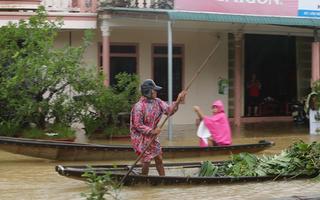 Video: Một ngôi làng ở Huế đã hơn 10 ngày ngập chìm trong lũ dữ