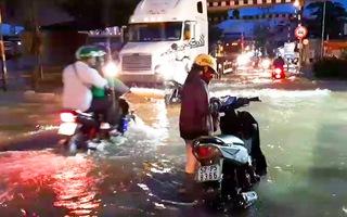 Video: Triều cường đang dâng cao, đường ngập sâu, nhiều xe tắt máy giờ tan tầm
