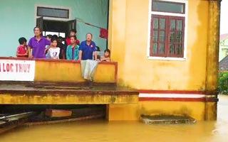 Video: Nước vẫn còn ngập tới mái nhà ở Quảng Bình, Hà Tĩnh, huy động tối đa ca nô giải cứu người dân