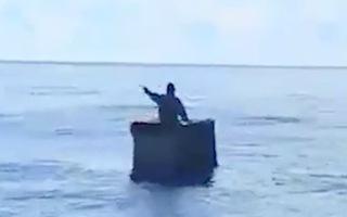 Video: Cụ ông lênh đênh 8 ngày trên biển với chiếc thùng xốp