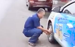 Video: Xe taxi bị xì lốp vì đậu trước quán ăn