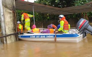 Video: Dùng cano tiếp cận căn nhà bị ngập sâu để đưa thai phụ đến bệnh viện
