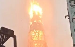 Video: Nhà thờ cổ 150 tuổi của Chile bị người biểu tình thiêu rụi, sụp đổ