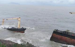 Video: Tàu hàng trôi dạt bị sóng biển đánh gãy đôi, Huế lo ứng phó sự cố tràn dầu