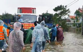 Tường thuật nóng: Hàng cứu trợ đang bị kẹt ở ngã 3 Cam Liên vì thiếu phương tiện vào rốn lũ