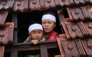 Video: Các con kéo quan tài mẹ lên trần nhà tránh lũ