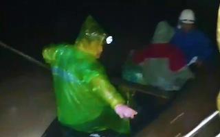 Video: Xuyên đêm cứu người trên dòng lũ dữ Quảng Bình