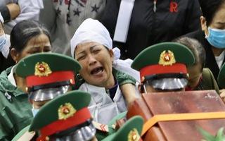 Video: Đau thương tiễn 22 cán bộ, chiến sĩ về với quê nhà