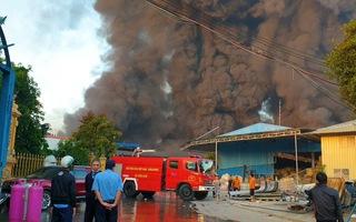 Video: Khói lửa bao trùm công ty xử lý chất thải ở Bình Dương