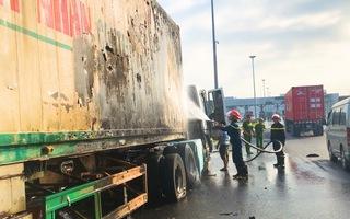 Video: Xe đầu kéo bốc cháy ngùn ngụt ở Đồng Nai