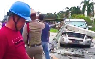 Video: Ôtô đâm đổ 8 cột điện, tài xế bị thương