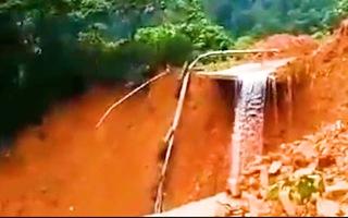 Video: Đường sá bị chia cắt vì sạt lở sâu hàng chục mét