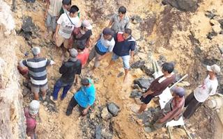 Video: Đất đá đổ xuống chôn vùi 11 thợ mỏ ở độ sâu khoảng 8m