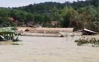 Rốn lũ miền Trung: Chỗ bắt đầu dọn bùn, chỗ vẫn ngập tới nóc nhà