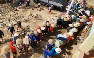 Video: Người dân Quảng Bình xếp hàng chờ nhận gạo cứu trợ