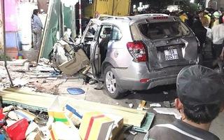 Video: Xe tải tông xe 7 chỗ và hàng loạt xe máy rồi lao vào 4 nhà dân sau tiếng nổ lớn