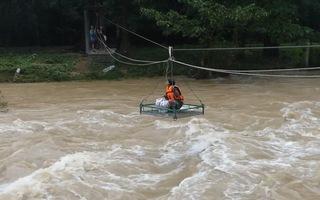 Video: Nhà sư dùng ròng rọc vượt dòng nước chảy xiết, gửi đồ ăn cho vùng lũ chia cắt