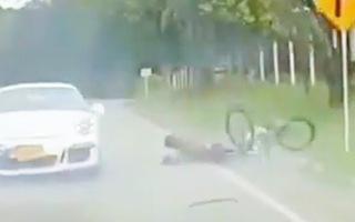 Video: Lấn làn vượt ẩu, siêu xe Porsche tông bay người đi xe đạp