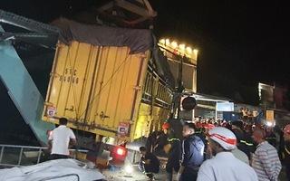 Video: Khoảnh khắc xe tải tông xe 7 chỗ và hàng loạt xe máy rồi lao vào 4 nhà dân