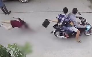 Video: 2 tên cướp giật túi xách làm người phụ nữ đập đầu xuống đường