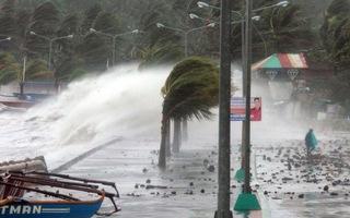 Video: Bão Molave đang hoành hành tại Philippines, sắp đổ bộ vùng biển Việt Nam