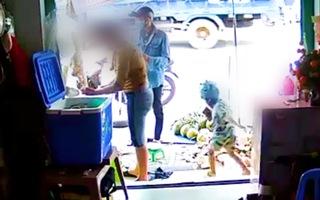 Video: Người đàn ông dàn cảnh mua dừa rồi xúi bé trai vào tiệm trộm điện thoại