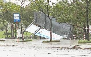Video: Đường phố miền Trung 'quay cuồng' trước giờ bão đổ bộ