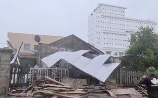 Video: Gió lớn thổi bay nguyên mái tôn nhà dân ở Quảng Nam