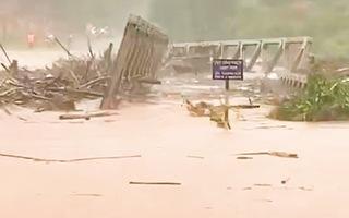 Video: Nguyên chiếc cầu sắt bị cuốn trôi khiến hàng trăm hộ dân bị chia cắt