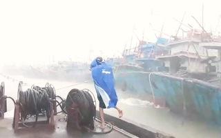 Video: Bão số 9 đang càn quét, xe chuyên dụng quân đội sẵn sàng ứng cứu