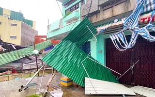 Video: Hàng trăm ngôi nhà tốc mái, tôn bay ngổn ngang trên đường phố ở Quảng Nam, Quảng Ngãi