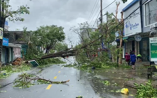 Video: Đường phố Quảng Ngãi tan hoang sau khi tâm bão quét qua